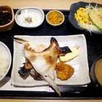 板前バル - 本日のお魚定食・ブリかま塩焼(¥900)。おぼろ豆腐におぼろ昆布を掛けてあるのは、ニクい演出