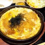 板前バル - 卵のとじ具合はレア。肉質は並、甘辛く分かりやすい味付け