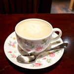 宮越屋珈琲 - カフェオレ(¥825)。コーヒーの深い苦みがカバーされ、ミルクのコクが口の中にじわりと広がる