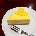 宮越屋珈琲 - ニューヨークチーズケーキ(¥550)。底には砕いたビスケットが敷かれており、その食感と香ばしさが好ましい