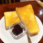 宮越屋珈琲 - トースト(¥330)。4枚切り相当だろうか、分厚くて高級感あり。粒よりのジャムも美味