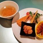 XYLONG - 洗練された盛り付けの前菜盛り合わせ、ふわふわの溶き卵に野菜入りの熱々スープ