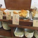 こがね製麺所 - お店はセルフ方式で好きなベースのうどんを注文してトッピングを選ぶようになってました。