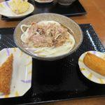 こがね製麺所 - 肉ぶっかけうどんと選んだのはいなり寿司と豚ロース梅しそカツ。