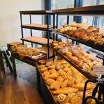 夢パン工房 - 店内は、美味しそうなパンがズラリと並びます!