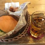 ビッツ - 料理写真:チーズバーガー、唐揚げ
