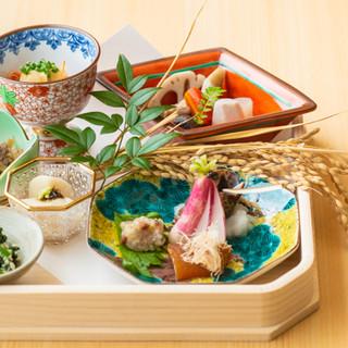 季節のうつろいを表現した一皿を是非ご堪能ください