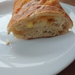 120226734 - チャバッタパンチェッタ280円。サイコロチーズがゴロゴロ。スモーク香るベーコン。パリパリの皮、美味。