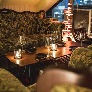 【個室完備♪】アンティークのソファが寛げるVIPルーム!