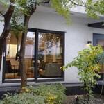 120236857 - 恵比寿駅から 徒歩8分くらい                        可愛い 一軒家です                        柿も ざくろも  実ってます                        玄関と  待ち合い の お部屋    と  左が 個室