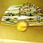 アオザイ - 現在の内装の一部です。ベトナム中部古都フエの風景を描いた大きな扇が有ります