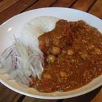 サルー - 特製カレー やわらかく煮込んだガルバンソ(ひよこ豆)、ひき肉など入ったオリジナルカレー。