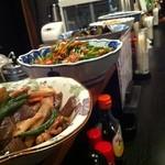 きらく - 料理写真:魚の煮つけ、肉じゃがなどが毎日、日替わりでカウンターに並ぶ。