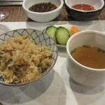 ステーキハウス小坂 - ガーリックライス、スープ、漬物