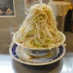 ラーメン 大 - 野菜マシマシ。一見さんでも盛ってくれるのは嬉しいです。ただ、二郎の大を食べられる私でもギリギリでした。