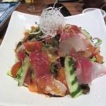旬魚酒房 かぶきもん - サラダも海鮮サラダです、新鮮な魚貝をたっぷり使ったサラダほぼ刺身と言っても良いかも