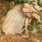 タンポポ - 丼の端の方しか、チャーシューが見えてませんが、こんなチャーシューが丼の表面を覆っています(^^)