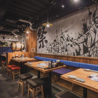 壁一面に描かれた「博多山笠祭り」の墨絵が印象的なインテリア