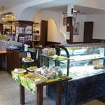 ベーカリーレストラン ヤシマ - ショーケースの中にケーキもあります