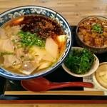 120308405 - 「牛肉麺とマーボー丼セット」の、パクチー大盛にラー油増量。麺は寛麺。