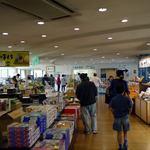 Sukaipotokameishi - 伊豆のおみやげ物の揃う店内の奥が