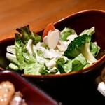 新宿 今井屋本店 - 【比内地鶏 焼き鳥重@2,100円】サラダ
