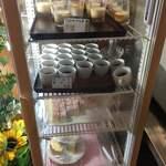 熱烈焼肉 御幸食堂 - 冷蔵ショーケースには、デザート