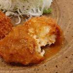 洋食Iwanaga  - ぽてっと濃厚なクリームソース入りの蟹クリームコロッケには、飴色玉葱の甘味が効いたソースが合う!