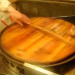 大山生煎店 - 焼ムラが出来ないようペンチで挟み回します