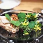 やまぐち - 間人の香箱蟹のハーブサラダ セモリナ粉を使った三輪そうめん トマト出汁 オリーブオイル モズク(カニ部分)