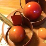 アン・シャルロット - アプリコットに見立てた球体の正体はチョコレート♪グラデーションに惚れ惚れ♡ケーキって芸術だわぁ(*´▽`*)