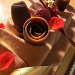 アン・シャルロット - チョコレートを薔薇の蕾に見立てています。食用の花びらの上の水滴のように見えるのは水飴っぽい少し甘さのある物。素晴らしいアイディア!