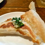 創作中華料理 香町 - 円盤餃子(にんにくニラオイルをつけて)