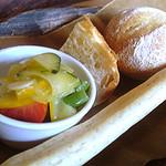 らんる - 手作りパンと野菜小鉢。