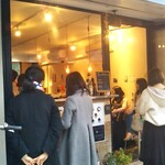 HONEY BEE CREPE Tokyo - 女子に大人気!?パリパリモチモチクレープ店             大混雑…