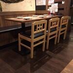 垂水炭旬 - テーブル席とお座敷があります。