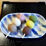 城山荘 - マドンナ団子:150円、坊ちゃん団子:150円