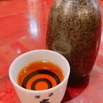 良記 餃子酒場 - 何故か大関のお猪口でいただく紹興酒十年酒(かめだし)
