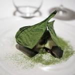 ラチュレ - 平目のカルパッチョ 柚子風味 鹿節 マコモダケ 乾燥小松菜とそのパウダー