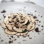 ラチュレ - イノシシのベーコンとブラウンマッシュルームとタンポポのサラダ仕立て 国産トリュフ