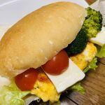 パン工房 サンク - 娘 作 レタス、オムレツ、チーズ、ブロッコリー、プチトマト サンド