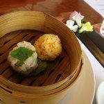 東会芳 - 点心2種(鶏すり身とニンジン、黍)