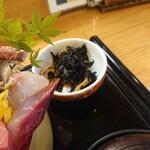 魚心亭 - スペシャルおまかせ丼(小鉢)