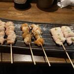 鶏こう - (左から)せせり(塩焼) 180円×2串、ベタ(塩焼) 300円×2串、ささみレア焼き白醤油わさび 180円×2串