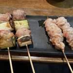 鶏こう - (左から)黒ねぎま(塩焼) 200円×2串、はらみ(塩ゴマ油) 200円×2串
