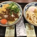 丸亀製麺 - うま辛肉肉釜玉並650円、イベントで釜玉もう1杯無料(2019.11.7)