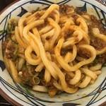 丸亀製麺 - うま辛肉肉釜玉を混ぜる(2019.11.7)