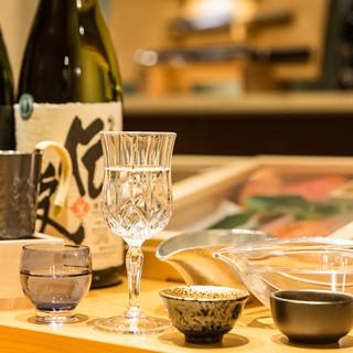 最高の鮨に合わせるのは、厳選した日本酒と見目麗しい酒器