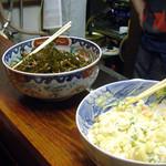 ままや - カウンターの上にきょうの惣菜の一部が並んでいる。