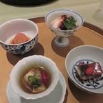 120451068 - 左手前:つぶ貝のウコンソース 右手前:鰻の四川風薬膳煮凝り 右奥:冠地鶏のマーラーソース 左奥:自家農園産赤大根のお漬物